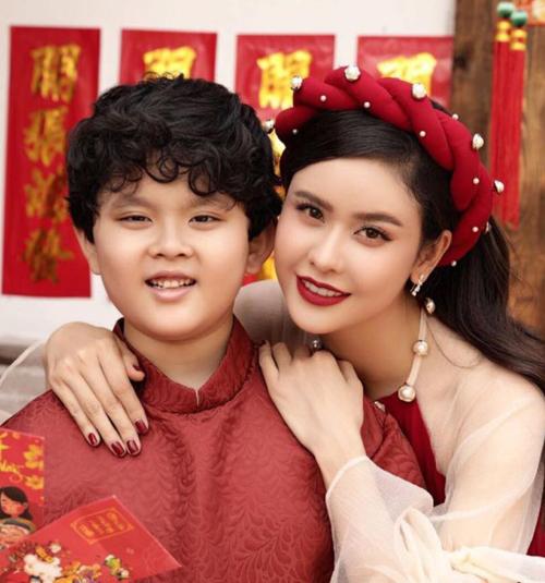 Mẹ con Trương Quỳnh Anh rủ nhau mặc áo dài đỏ đón xuân.