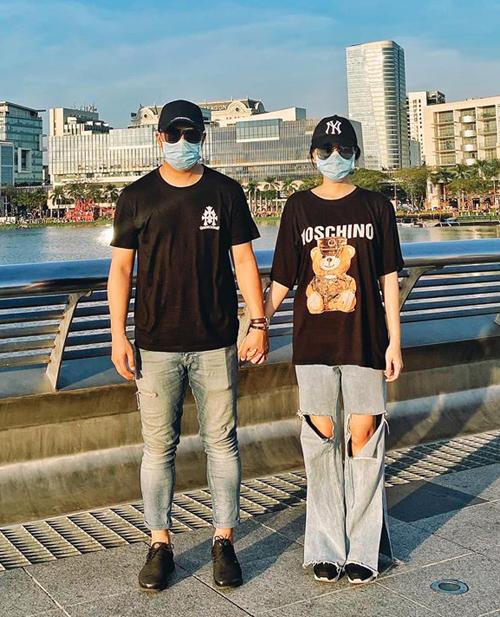 Đi du lịch, Băng Di và bạn trai biến khẩu trang thành đồ đôi chất lừ.