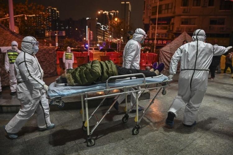 Các nhân viên y tế Vũ Hán, Hồ Bắc, tiếp nhận thêm bệnh nhân. Ảnh: AFP.