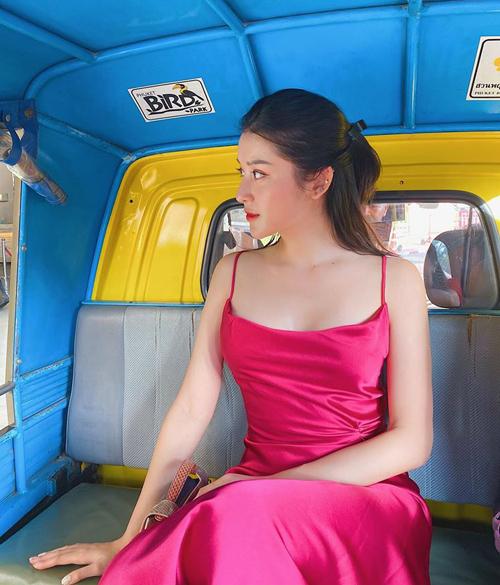 Huyền My diện váy hai dây sexy dạo phố Thái Lan.