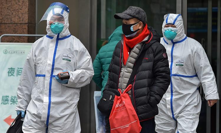 Nhân viên y tế mặc đồ bảo hộ màu trắng tại một bệnh viện ở thành phố Vũ Hán ngày 26/1. Ảnh: AFP.