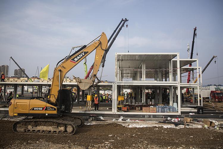 Xây dựng một bệnh viện mới ở Vũ Hán vào ngày 28/1. Ảnh: CNN.