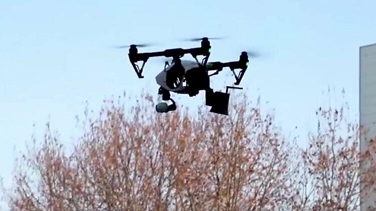 Máy bay không người lái được sử dụng để nhắc nhở người dân đeo khẩu trang. Ảnh: CNN.