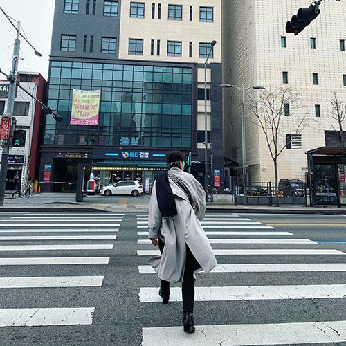 Ali Hoàng Dương thả dáng trên đường phố Seoul.
