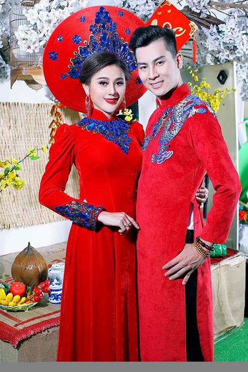 Lâm Khánh Chi và chồng chụp ảnh với áo dài rực rỡ.