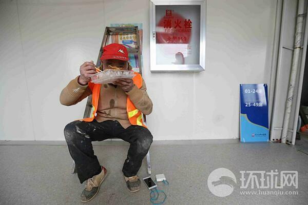 Global Times đăng tải hình ảnh bữa cơm vội của công nhân.