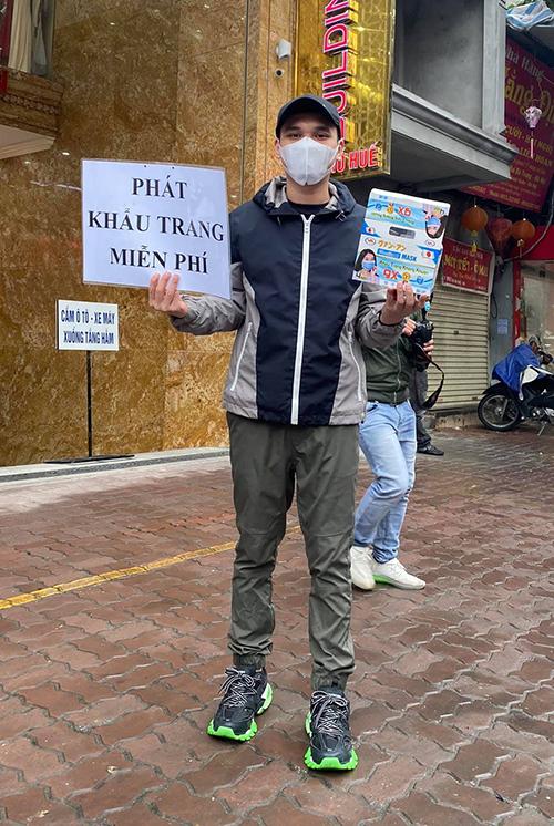 Chiều ngày 4/2, ca sĩ Khắc Việt đã phát gần 10.000 chiếc khẩu trang miễn phí cho người đi đường tại Phố Huế, Hà Nội.