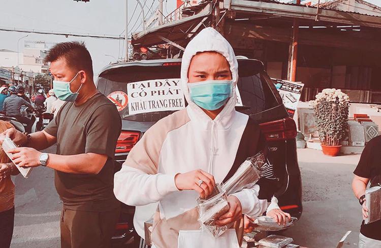 Ca sĩ Giang Hồng Ngọc chuẩn bị 3.000 chiếc khẩu trang và trực tiếp xuống đường phát cho người dân vào ngày 3/2. Tham gia cùng cô còn có chồng.