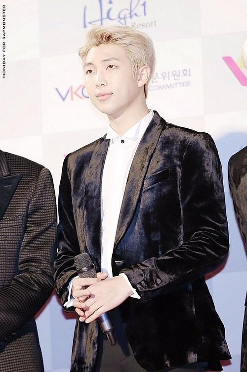 Bờ vai rộng giúp RM mặc đồ đẹp hơn.