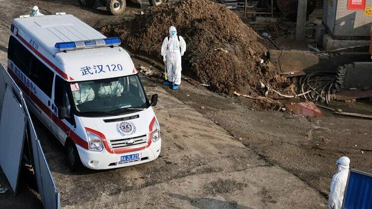 Xe cứu thương chở các bệnh nhân đầu tiên đến bệnh viện. Ảnh: Global Times.