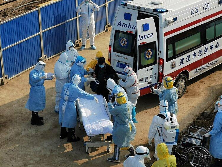 Bệnh nhân được các nhân viên y tế di chuyển bằng xe đẩy chuyên dụng. Ảnh: Global Times.