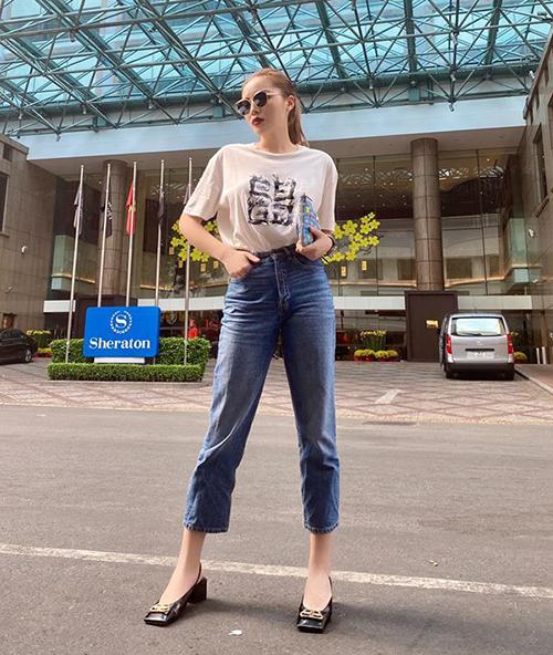 Một thiết kế T-shirt trắng khác cũng có giá trên trời mà Kỳ Duyên sở hữu là sản phẩm của Givenchy, giá bán hơn 10 triệu đồng.
