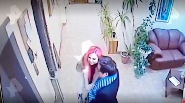 Hình ảnh CCTV ghi lại cảnh Dontsova và Lee về căn hộ vào rạng sáng 2/2.