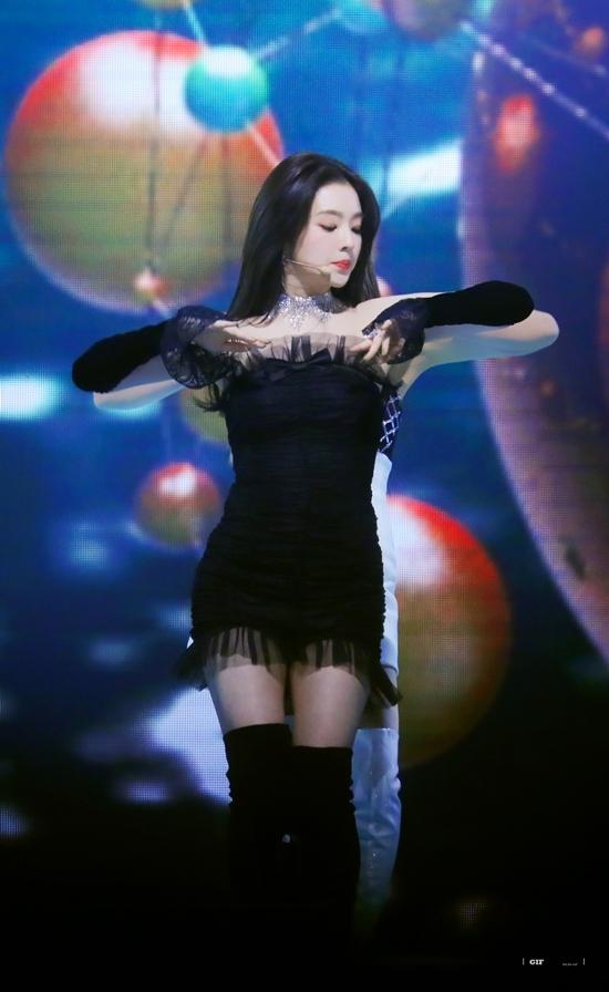 Irene nổi tiếng với gương mặt xinh đẹp nhưng hình thể cô khá thấp bé.