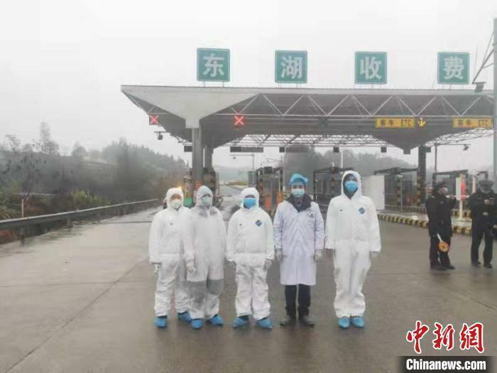 Dược sĩ Song Yingjie (thứ hai từ phải sang) làm việc cùng các đồng nghiệp trên đường cao tốc tỉnh Hồ Nam hồi cuối tháng một. Ảnh: Chinanews.