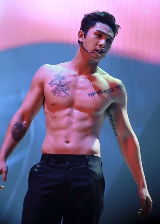 Baek Ho (NUEST) có hình tượng mạnh mẽ, nam tính. Gương mặt điển trai, cơ bắpvạm vỡcủa Baek Ho khiến các fan mê mẩn.