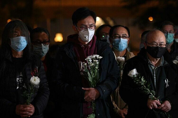 Người tham dự buổi tưởng niệm bác sĩ Lý. Ảnh: AFP.