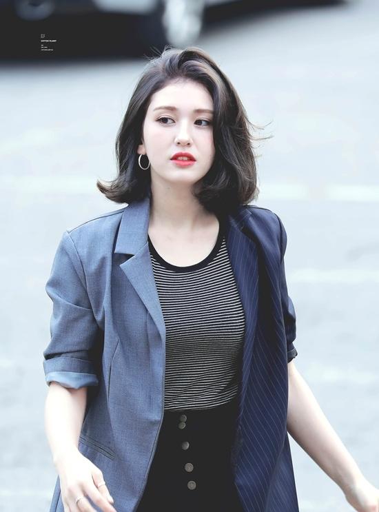 Nhiều người bất ngờ khi biết năm nay Somi chỉ mới 20 tuổi (theo tuổi Hàn). Ngoai hình cao lớn cùng vẻ đẹp lai tây khiến Somi trông già dặn trước tuổi.