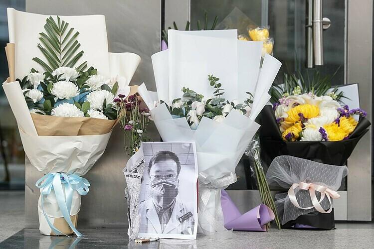 Bức ảnh của bác sĩ nhãn khoa quá cố Lý Văn Lượngđặt tại Bệnh viện Trung ương Vũ Hán. Ảnh: AFP.