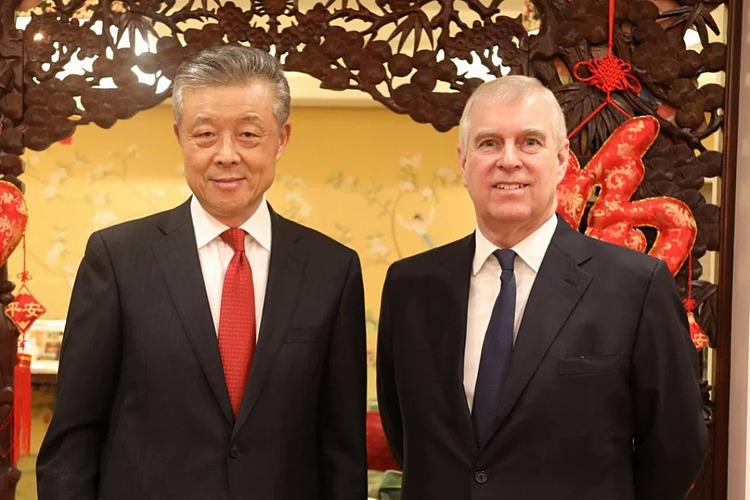 Đại sứ Trung Quốc tại Anh Lưu Hiểu Minh (trái) và Hoàng tử Andrew trong bức ảnh chia sẻ trên twitter.