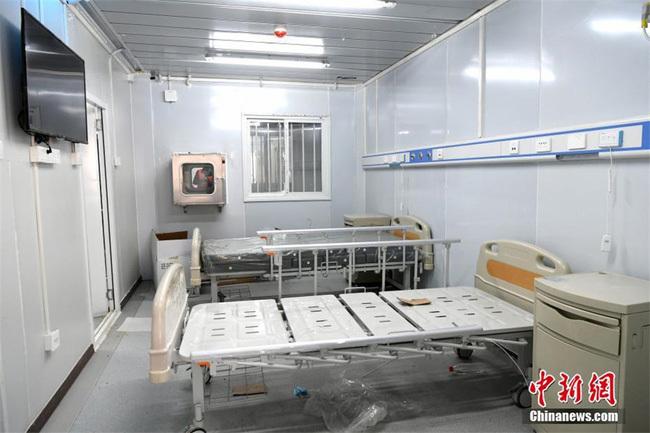 Công nhân hoàn thiện những bước cuối cùng hôm 8/2 để sẵn sàng đón bệnh nhân.