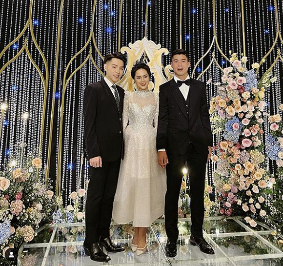 Trong lễ thành hôn với cầu thủ Duy Mạnh ngày 9/2, hot girl Quỳnh Anh được khen xinh như công chúa. Cô dâu đầu tư diện mạo chỉn chu với chiếc váy cưới đính đá lấp lánh được thiết kế riêng, đi kèm là đôi giày Dior tông xuyệt tông xinh xắn.