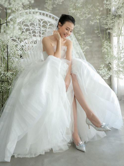 Bà xã Cường Đô la - Đàm Thu Trang - cũng diện mẫu giày xinh như Lọ Lem trong đám cưới năm 2019.Giày pha lê là sản phẩm thuộc bộ sưu tập Cinderella ra mắt vào năm 2015 của Jimmy Choo. Thiết kế nổi tiếng đính 7.000 viên pha lê Swarovski của Áo và 46 viên pha lê lớn ở gót, có giá 4.595 USD (khoảng 107 triệu đồng).
