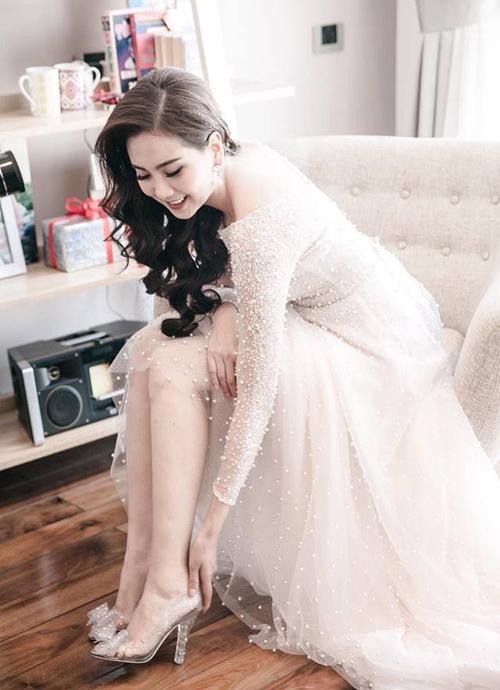 Mai Ngọc hóa Lọ Lem trong đám cưới hồi năm 2016. Người đẹp sắm đôi giày thủy tinh trong suốt, đính pha lê lấp lánh như bước ra từ cổ tích.