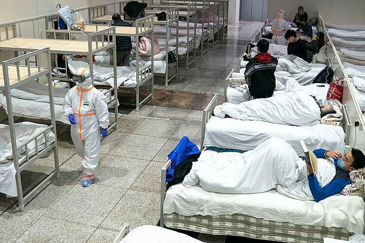Bệnh viện tạm thời được chuyển đổi từ trung tâm triển lãm ở Vũ Hán. Ảnh: AFP
