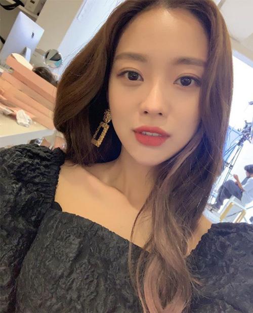 Kiểu tóc gợn sóng, phần mái dài lượn thành chữ S được xem là một chuẩn mực cho mái tóc dài đẹp ở Hàn Quốc.