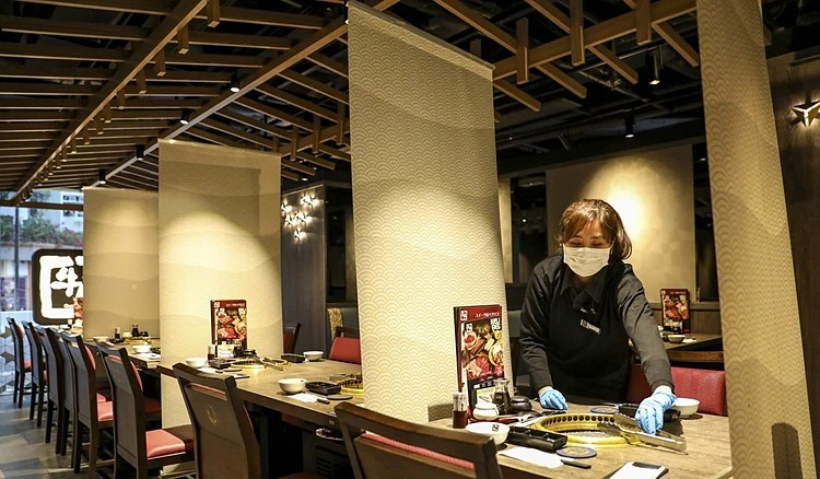 Nhà hàng Nhật Bản Gyu-Kaku ở Whampoa, Hong Kong lắp đặt các tấm chắn phân chia bàn.