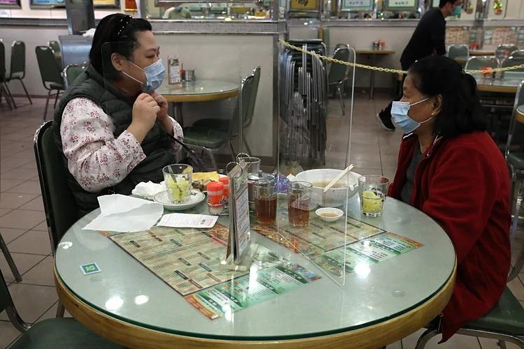 Một tấm chắn trong suốt ngăn giữa bàn ăn. Ảnh: SCMP.