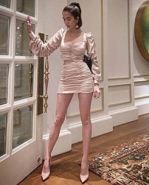 Nhữnghình ảnh mặc váy ngắn cũn gần đây cho thấy đôi chân gầy gò của người đẹp.