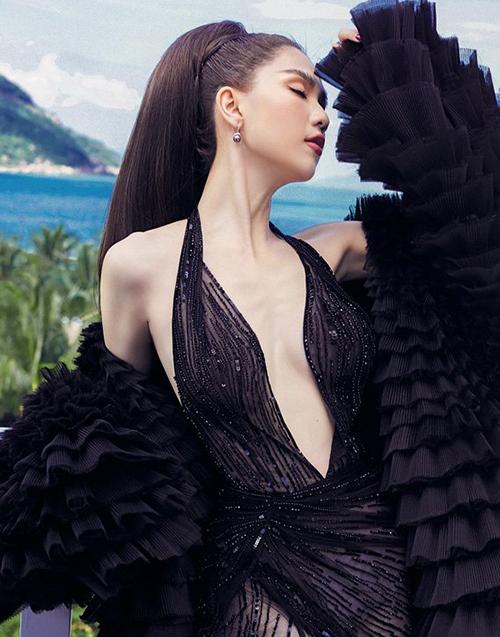 Trong bộ ảnh thời trang mới thực hiện, Ngọc Trinh cũng để lộ vóc dáng thiếu sức sống. Thềm ngực trơ xương khiến chân dài kém gợi cảm so với thường lệ khi mặc đầm xẻ sâu.