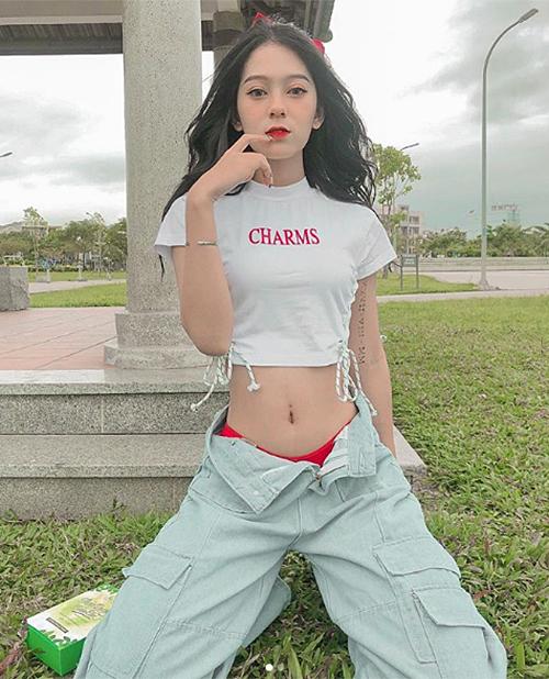 Mốt mặc quần tụt và bikini không chỉ chinh phục các sao Việt mà còn được nhiều hot girl Instagram hưởng ứng. Cách mặc này thích hợp với những cô nàng có vòng hai thon gọn, giúp người mặc trông cá tính, khỏe khoắn hơn. Ảnh: Pynebl3.