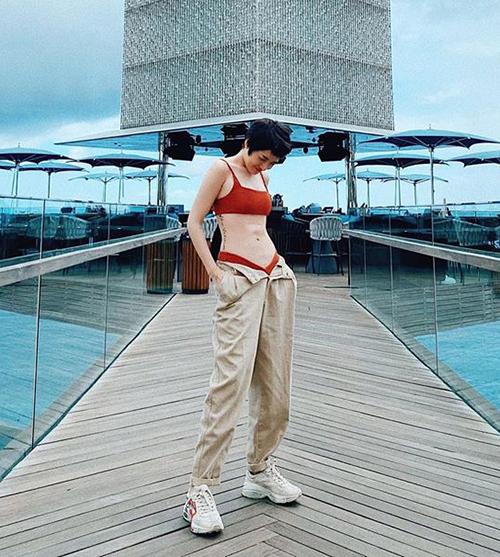 Diện quần buông khuy lấp ló bikini là mốt mới được nhiều sao Việt ưa chuộng gần đây. So với cách diện bikini thông thường, xu hướng nửa kín nửa hở này tăng độ gợi cảm cho người mặc. Bảo Anh trong chuyến du lịch Bali cũng cởi khuy quần, giúp ánh nhìn tập trung vào vòng hai săn chắc.