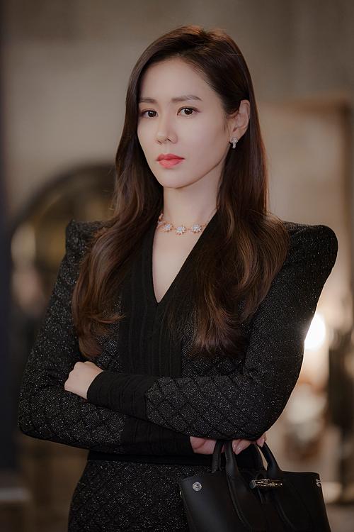 Để xây dựng tạo hình một nữ tài phiệt sang chảnh nhưng cũng có tính cách tưng tửng, Son Ye Jin được trang điểm chủ yếu với tông hồng, tôn lên làn da trắng. Đôi môi màu cánh hồng khô vừa nổi bật, tươi tắn lại không quá chói là điểm nhấn sáng giá trên gương mặt của Yoon Se Ri.