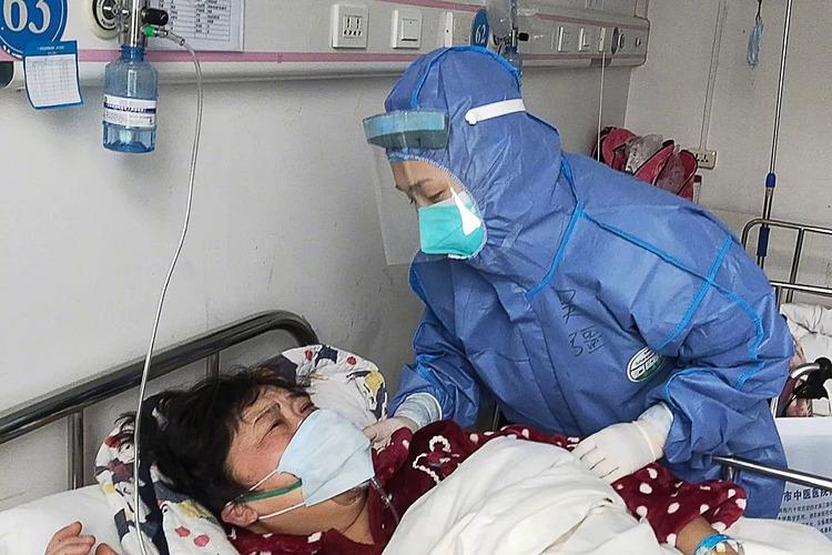 Nhiều gia đình vật lộn để tìm một giường bệnh cho người thân. Ảnh: SCMP.