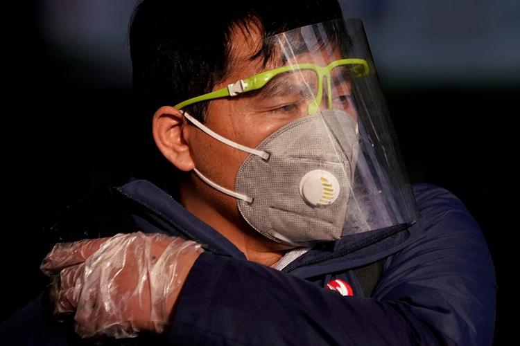 Một người đàn ông đeo khẩu trang tại nhà ga đường sắt Thượng Hải, Trung Quốc, ngày 12/2. Ảnh Reuters.