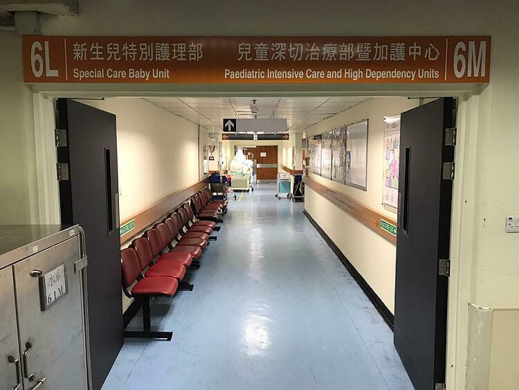 Khu vực chăm sóc đặc biệt được bảo vệ nghiêm ngặt nhằm tránh lây lan virus corona.