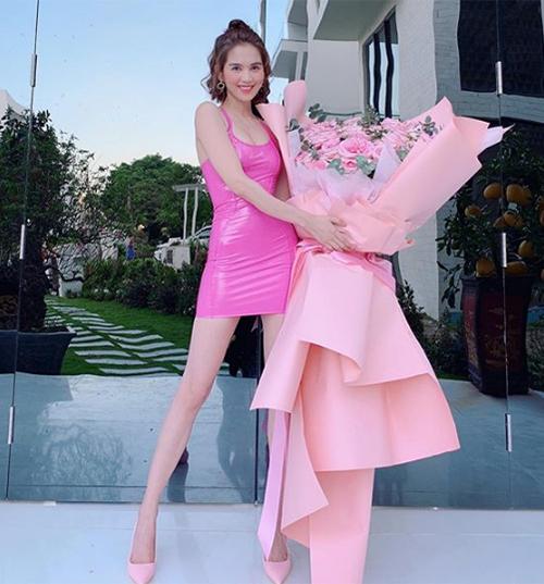 Ngọc Trinh khoe bó hoa siêu to khổng lồ được tặng ngày Tình nhân. Cô gây tò mò khi chú thích: Cảm ơn cậu bé nha.