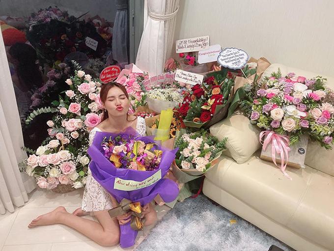 Lan Ngọc được nhận rất nhiều hoa trong ngày lễ Tình nhân từ người hâm mộ.