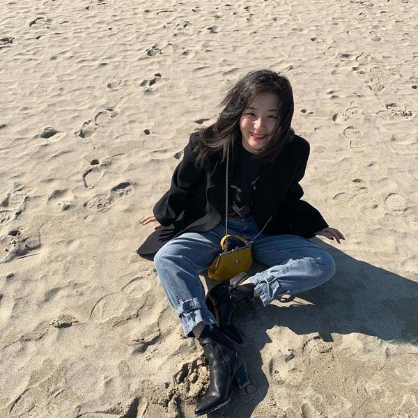 Seul Gi vẫn giữ vững thần thái khi tạo dáng giữa nắng, gió và cát.