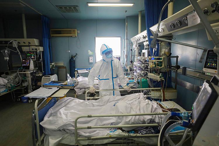 Một bác sĩ với bệnh nhân bị nhiễm virus corona trong bệnh viện ở Vũ Hán, Trung Quốc hôm 13/2. Ảnh: AP.