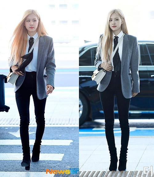 Trong lần ra sân bay sang Paris mới đây, Rosé diện bộ cánh khá đẹp mắt. Sơ mi trắng mix blazer mang đến cho nữ idol vẻ thanh lịch, tuy nhiên chiếc quần skinny jeans ôm sát lại làm thành viên Black Pink lộ nhược điểm đôi chân nhỏ và hơi cong.