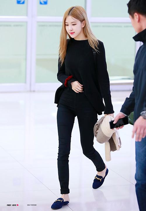 Cô nàng thường chọn phong cách đơn giản, thoải mái, thuận tiện cho những chuyến bay dài nên diện quần ôm co giãn, đi kèm áo suông rộng và một đôi loafer bệt đơn giản.