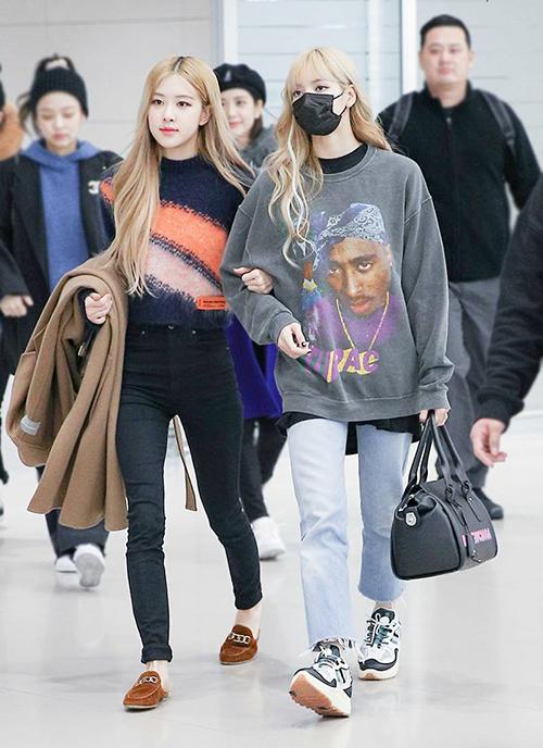Trong Black Pink, Lisa và Rosé cùng có đôi chân mảnh mai. Tuy nhiên cách diện quần skinny của Rosé khiến cô nàng trông gầy guộc hơn hẳn cô em út khi mặc quần jeans ống suông.