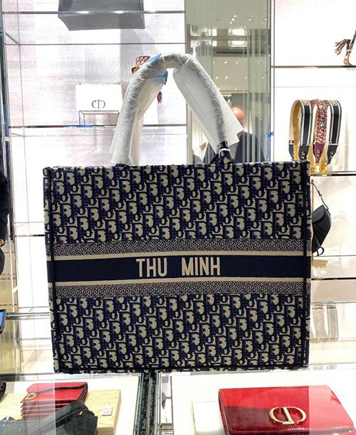 Dịp 14/2, Thu Minh được ông xã ngoại quốc sắm tặng chiếc túi Dior Book Tote có thêu tên của chính cô ở giữa túi. Đây là món phụ kiện gây sốt thời gian qua, được rất nhiều sao Việt như Ngô Thanh Vân, Tóc Tiên, Lan Khuê... yêu thích. Item này có giá khoảng 70 triệu đồng.