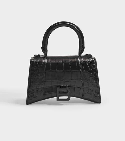 Thiết kế Balenciaga Hourglass với chất liệu da cá sấu là một trong những It Bag đang được fashionista khắp thế giới săn lùng. Món phụ kiện có kiểu dáng lạ mắt này được bán với giá 1.600 USD (hơn 37triệu đồng).