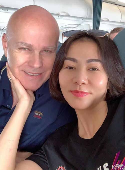 Kết hôn đã lâu nhưng Thu Minh và ông xã vẫn giữ được sự mặn nồng. Cô thường xuyên được nửa kia tặng những món đồ đắt đỏ.